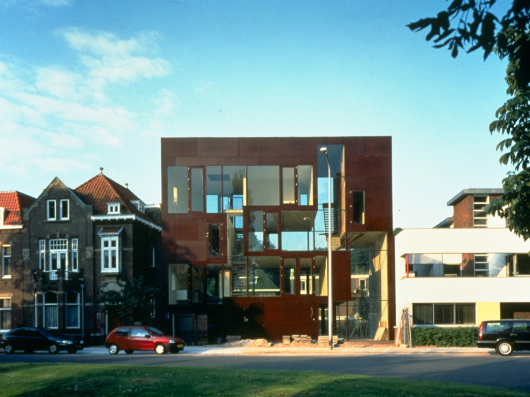 double house utretch Two-family house (or 'double house') 124 a/b koningslaan utrecht the netherlands bjarne mastenbroek and mvrdv 1997 as the name of this project suggests, the house is designed for two families originally, it was meant for two business people but due to financial constraints, they found another couple to pool their resources in order to make.